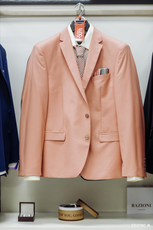 59d46404ba9 В магазине мужских костюмов Bazioni до конца июля проходит распродажа  коллекции  на одежду